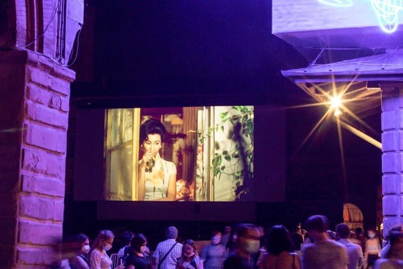 6月底於意大利Piazza Maggiore電影資料館舉行露天電影節,第一週便是在星空下播映王家衛的《花樣年華》。.jpg