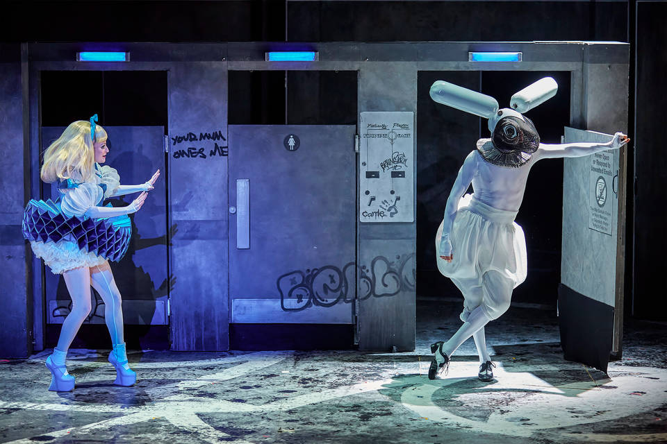 "Carly Bawden 飾演""愛麗絲"",Joshua Lacey 飾演仙境中的白兔,皇家國家劇院,倫敦,2015 年。© Katrina Lindsay 服裝設計,2015 年。Rae Smith 設計。照片 Brinkhoff/Moegenburg"