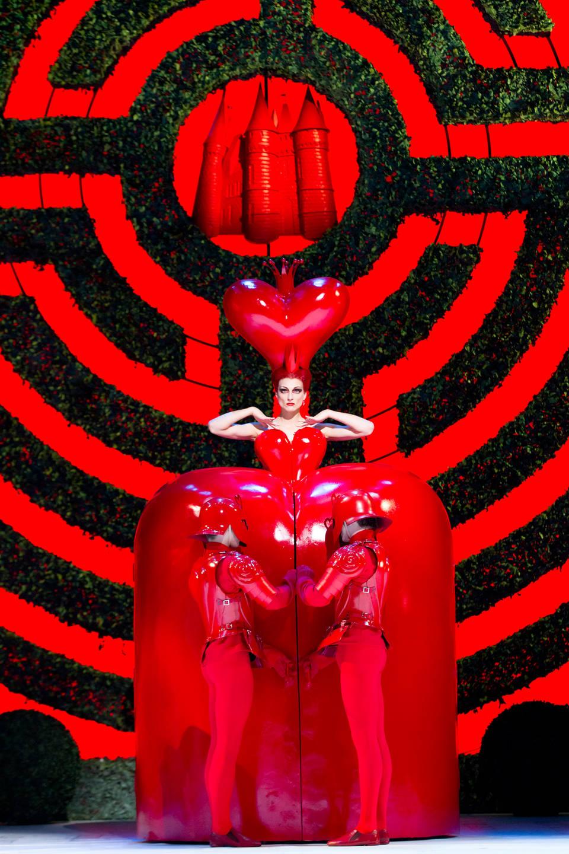Zenaida Yanowsky 澤奈達·亞諾夫斯基在克里斯托弗·威爾登的芭蕾舞劇《愛麗絲夢遊仙境》中飾演紅皇后。皇家芭蕾舞團。© ROH, Johan Persson, 2011。Bob Crowley 的佈景和服裝。© ROH, Johan Persson, 2011。Bob Crowley 的佈景和服裝