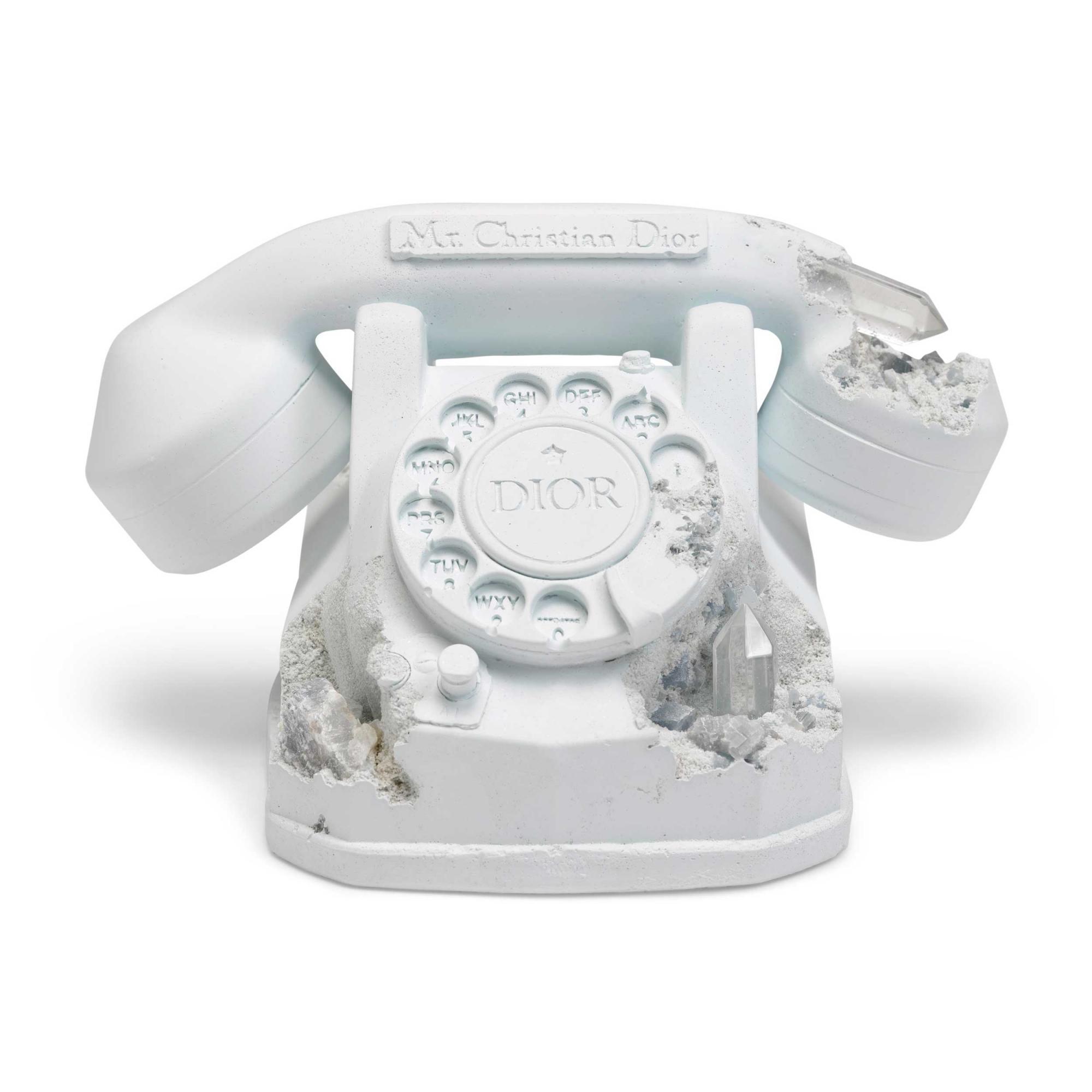 《Future Relic Eroded Telephone》 石膏 石英晶體 雕塑 (附原裝木箱) 14 (高) x 20.3 x 24.2 公分 (5 1/2 x 8 x 9 1/2 吋) 2020年作 版數:147/250 估價:港元90,000 – 130,000