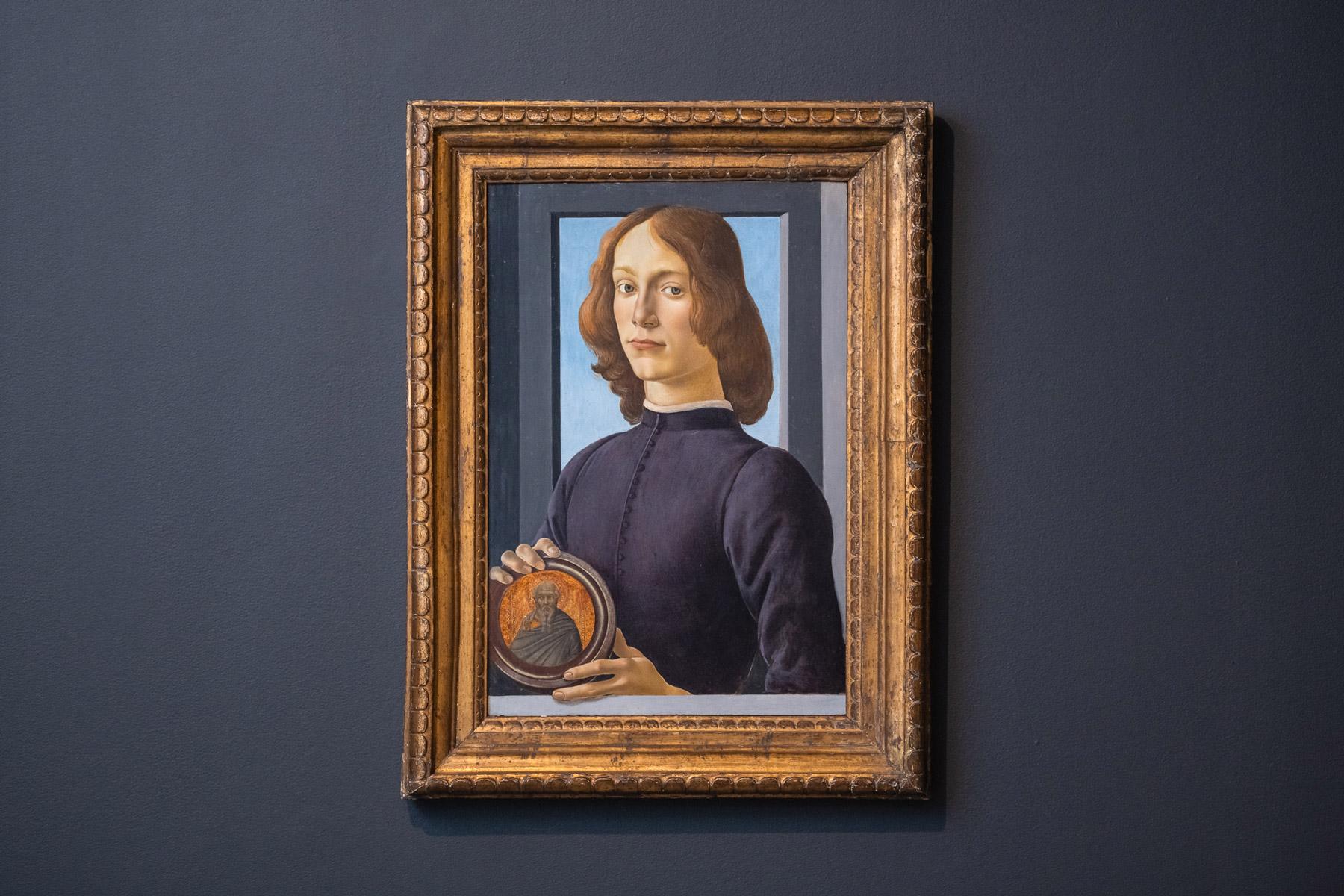 波提切利,《手持圓形聖像的年輕男子》。